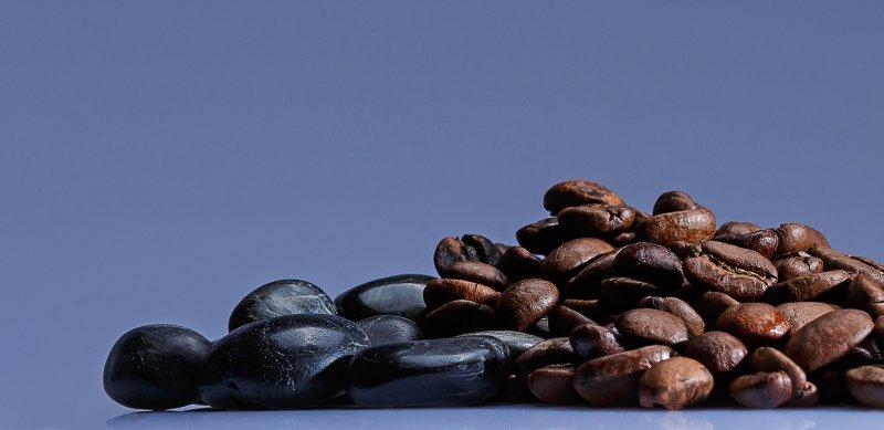 Kaffeebohnen_und_schwarze_Steine.jpg
